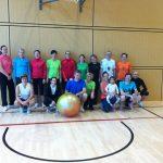 Hallentraining - Gruppenbild mit Ball